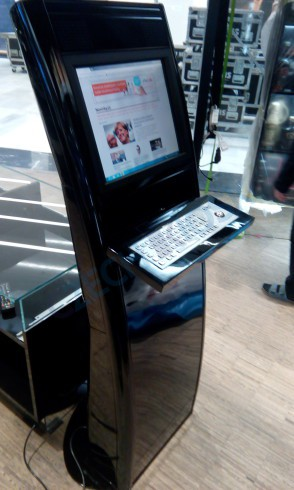 Interiérový kiosek Eagle s dotykovým monitorem a průmyslovou klávesnicí
